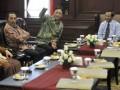Ketua Mahkamah Konstitusi (MK) Mahfud MD (kanan) menerima Ketua kelompok Dewan Perwakilan Daerah (DPD) MPR RI Bambang Suroso (kedua kanan) berserta anggota DPD lainnya di MK, Jakarta, Selasa (19/6). Pertemuan tersebut dalam rangka diskusi tentang amandamen UUD 1945. (FOTO ANTARA/Prasetyo Utomo)