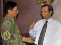Ketua Mahkamah Konstitusi (MK) Mahfud MD (kanan) menerima Ketua kelompok Dewan Perwakilan Daerah (DPD) MPR RI Bambang Suroso (kiri) di MK, Jakarta, Selasa (19/6). Pertemuan tersebut dalam rangka diskusi tentang amandamen UUD 1945. (FOTO ANTARA/Prasetyo Utomo)