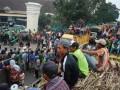 Ribuan petani tebu dan sopir armada tebang angkut tebu yang tergabung dalam APTR (Asosiasi Petani Tebu Rakyat) mengelar aksi unjuk rasa dengan memblokade Jalan raya depan PG Gempolkrep, Kecamatan Gedek, Mojokerto, Jawa Timur, Rabu (20/6) menggunakan ratusan truk muatan tebu. Mereka menuntut agar PG Gempolkrep segera beroperasi buka giling kembali supaya tidak merugikan petani tebu serta meminta kepada Pemerintah Provinsi Jawa Timur agar segera mencabut larangan giling. PG Gempolkrep ditutup sementara akibat dikenai sanksi dari Badan Lingkungan Hidup (BLH) terkait kadar BOD dan COD limbah pabrik ini melebihi baku mutu dan menyebabkan pencemaran sungai di Surabaya akibat adanya kerusakan mesin pengolah limbah. (FOTO ANTARA/Syaiful Arif)