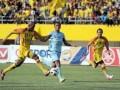 Pemain Sriwijaya FC Keith Kayamba Gumbs menggiring bola dan berupaya dikejar pemain Persela Lamongan Taufik Kasrun (5) pada pertandingan ISLrusaha dikejar pemain Persela Lamongan mbawa bola dan be antara SFC dan Persela Lamongan, Rabu (20/6) di Stadion Gelora Sriwijaya Jakabaring Palembang. SFC berhasil mengukuhkan diri sebagai juara ISL dengan meraih tiga poin atas Persela dengan kemenangan 3-0. (FOTO ANTARA/Feny Selly)