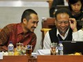 Ketua KPK Abraham Samad (kiri) berdiskusi dengan Wakil Ketua KPK Bambang Wijayanto (kanan) saat mengikuti rapat kerja bersama Komisi III DPR membahas evaluasi kinerja KPK di Kompleks Parlemen, Senayan, Jakarta, Rabu (20/6). Selain membahas penyelesaian kasus korupsi, KPK juga melaporkan penggunaan angaran Rp 635.161.870.000, yang terdiri dari rupiah murni dan hibah Rp 3 miliar, dengan realisasi anggaran belanja per 19 Juni 2012 sebesar Rp 125.639.807.528 atau penyerapan 26 persen dari pagu. (FOTO ANTARA/Yudhi Mahatma)