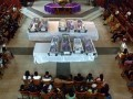 Warga dan keluarga korban menghadiri ibadah pelepasan jenasah korban tanah longsor, di Gereja Joseph Kham, Ambon, Maluku, Rabu (20/6). Tanah longsor yang terjadi di Belakang Soya, Kecamatan Sirimau, Selasa subuh (19/6), mengakibatkan 12 orang meninggal, dua luka berat dan dua rumah rata dengan tanah. (FOTO ANTARA/Jimmy Ayal)