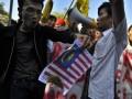 Sejumlah mahasiswa Batak melakukan unjuk rasa di depan Kedubes Malaysia, Jakarta Selatan, Rabu (20/6). Mereka melakukan protes ke Malaysia yang mereka anggap mencuri tari tradisional mereka,Tor Tor. (FOTO ANTARA/Fanny Octavianus)