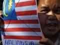 Seorang dari sejumlah mahasiswa Batak melakukan unjuk rasa di depan Kedubes Malaysia, Jakarta Selatan, Rabu (20/6). Mereka melakukan protes ke Malaysia yang mereka anggap mencuri tari tradisional mereka,Tor Tor. (FOTO ANTARA/Fanny Octavianus)