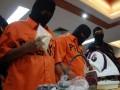 Petugas bea cukai memperlihatkan dua tersangka TK (33) dan IW (38) warga negara Indonesia serta barang bukti 500 gram sabu dan setrika uap, kepada wartawan, di kantor Bea Cukai Bandara Soekarno Hatta, Tangerang, Banten, Rabu (20/6). Narkotika senilai Rp750 juta itu diselundupkan dari Thailand dengan cara dikirim lewat jasa pengiriman barang yang diberitakan sebagai setrika uap.(FOTO ANTARA/Muhammad Deffa)