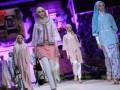 """Sejumlah model memperagakan busana muslim kaarya designer Shafira yang bertajuk """"Lebaran Bersama Shafira"""" di Hotel Mulia, Jakarta, Rabu, (20/6) malam. Fashion busana muslim Indonesia ini merupakan memperingati karya Shafira selama 23 tahun di dunia fashion dan menyuguhkan busana yang lebih muda dan dinamis. (FOTO ANTARA/Agus Apriyanto)"""