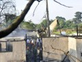 Sejumlah prajurit TNI AU berada didekat bangkai Pesawat Fokker 27 yang jatuh di sekitar kompleks perumahan Halim Perdanakusuma, Jakarta, Kamis (21/6). Kepala Dinas Penerangan TNI Angkatan Udara Marsekal Pertama TNI Azman Yunus mengatakan, enam dari tujuh penumpang pesawat Fokker 27 bernomor registrasi 2708 meninggal dunia. (FOTO ANTARA/Prasetyo Utomo)