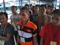 Sebanyak 278 orang tenaga kerja Indonesia (TKI) bermasalah yang dideportasi Malaysia tiba di Pelabuhan Sri Bintan Pura, Tanjungpinang, Kepri, Jumat (22/6). Selain TKI bermasalah yang terdiri dari 191 laki-laki dan 87 orang perempuan itu, pihak Malaysia juga mendeportasi sebanyak 17 orang bayi berumur 12 hari hingga anak-anak umur 7 tahun. (ANTARA/Henky Mohari)