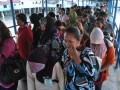 TANJUNGPINANG, 23/6 - TKI DEPORTASI. Sebanyak 278 orang tenaga kerja Indonesia (TKI) bermasalah yang dideportasi Malaysia tiba di Pelabuhan Sri Bintan Pura, Tanjungpinang, Kepri, Jumat (22/6). Selain TKI bermasalah yang terdiri dari 191 laki-laki dan 87 orang perempuan itu, pihak Malaysia juga mendeportasi sebanyak 17 orang bayi berumur 12 hari hingga anak-anak umur 7 tahun. FOTO ANTARA/Henky Mohari/Koz/nz/12.