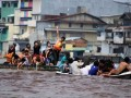 Sejumlah warga Tionghoa bermain air saat melaksanakan tradisi mandi U-Shi atau mandi tengah hari, di Sungai Kapuas, Pontianak, Kalbar, Sabtu (23/6). Tradisi Mandi U-Shi yang sudah dilakukan turun-temurun oleh para leluhur masyarakat Tionghoa Kalbar setiap tanggal 5 bulan 5 tahun Imlek tersebut, bertujuan untuk mendapatkan keberuntungan dan membersihkan diri dari aura negatif. (FOTO ANTARA/Victor Fidelis Sentosa)