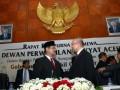 Menteri Dalam Negeri, Gamawan Fauzi berbincang dengan Wali Nanggroe Aceh, Malik Mahmud yang juga Mantan Perdana Menteri Gerakan Aceh Merdeka (GAM) usai pelantikan Gubernur dan Wakil Gubernur Aceh, Zaini Abdullah/Muzakir Manaf di gedung DPRA, Banda Aceh, Senin (25/6). Dalam pidato di DPRA , Mendagri Gamawan Fauzi menyatakan keberadaan Wali Nagggroe sebagai kekhususan bagi Aceh, perlu diatur dalam qanun (perda) Aceh dan diharapkan DPRA sudah mempersiapkan rancangan Qanun tersebut. (FOTO ANTARA/Ampelsa)