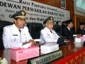 Gubernur dan Wakil Gubernur Aceh, Zaini Abdullah (dua kiri) dan Muzakir Manaf (kiri) bersama mantan PJ Gubernur Aceh, Tarmizi Karim (tiga kiri) dan Mendagri Gawan Fauzi (empat kiri) dan para anggota DPRA dalam sidang paripurna khusus pelantikan Gubernur Aceh di DPRA , Banda Aceh, Senin (25/6). Pelantikan mantan Petinggi Gerakan Aceh Merdeka (GAM) menjadi Gubernur Aceh periode 2012-2017 tersebut dihadiri sejumlah menteri dan mantan menteri, para dubes dari negara sahabat dan ribuan warga Aceh. (FOTO ANTARA/Ampelsa)