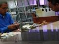 Petugas menghitung uang di Bank Indonesia, Tegal, Jateng, Senin (25/6). Bank Indonesia dan sejumlah bank lainnya tidak membatasi nilai tukar dan jumlah rupiah, untuk pelayanan dan kebijakan clean money kepada masyarakat. (FOTO ANTARA/Oky Lukmansyah)