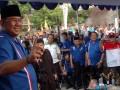 Calon Wakil Gubernur DKI Jakarta, Nachrowi Ramli (kiri), bersilaturahim dan kampanye Pemilukada di Kelurahan Pinang Ranti, di Jakarta, Selasa(26/6). Kampanye Pemilukada DKI Jakarta putaran pertama akan berlangsung dari 25 Juni hingga 7 Juli mendatang. (ANTARA/ Ujang Zaelani)