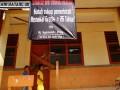 Seorang anak melintas dibawah spanduk yang dipasang ahli waris dipagar Sekolah SDN Jombang VII, Ciputat, Tangerang Selatan, Rabu (26/6). Pihak ahli waris terpaksa menutup dan mensegel seluruh bangunan sekolah lantaran Pemerintah Tangerang Selatan belum juga melakukan pembayaran ganti rugi terhadap lahan sekolah tersebut. (ANTARA/Muhammad Deffa)