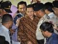 Ketua Umum Partai Demokrat Anas Urbaningrum (batik coklat) dikawal ketat petugas dan pendukungnya usai diperiksa KPK terkait dugaan korupsi proyek Hambalang, Jakarta, Rabu (27/6). Anas Urbaningrum diperiksa selama 7,5 jam serta dimintai keterangan mengenai dugaan kasus korupsi pembangunan kompleks atlet Hambalang, Bogor, Jawa Barat dengan nilai proyek Rp 2,5 triliun, yang melibatkan mantan Bendahara Partai Demokrat M. Nazaruddin. (FOTO ANTARA/Yudhi Mahatma)