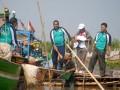 Menteri Lingkungan Hidup, Balthasar Kambuaya menyalami seorang nelayan usai menanam pohon mangrove di kampung Garapan, RT.05/06, Tangjung pasir, Teluknaga, Kabupaten Tangerang, Banten, Rabu (27/6). Penanaman pohon mangrove itu bagian dari progam Rantai Emas kementrian Lingkungan hidup yang diharapkan bisa memulihkan kualitas lingkungan pesisir sekaligus memperbaiki perekonomian warga setempat. (FOTO ANTARA/Lucky.R)