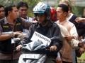 Dua tersangka penembak satpam kampus IPB melakukan reka ulang di Mesjid Al-Hurriyah, Kampus IPB Dramaga, Bogor, Jabar, Jumat (29/6). Reka ulang yang dilakukan oleh kepolisian Polres Bogor tersebut untuk mendalami motif pelaku penembakan pada dua satpam IPB yang tewas. (FOTO ANTARA/Jafkhairi)