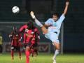Pesepakbola Persipura Jayapura U-21, Beny Alexander Da Costa (kiri) menghindari kaki pesepakbola Persela lamongan U-21, Balada MP (kanan) dalam pertandingan babak semifinal Indonesia Super League (ISL) U-21 di Stadion Kanjuruhan, Malang, Jawa Timur, Kamis (28/6). Di akhir babak pertama, Persela U-21sementara unggul atas Persipura U-21 dengan skor 1-0. (FOTO ANTARA/Ari Bowo Sucipto)