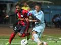 Pesepakbola Persipura Jayapura U-21, Beny Alexander Da Costa (kiri) berusaha melepaskan diri dari kawalan pesepakbola Persela lamongan U-21, Balada MP (kanan) dalam pertandingan babak semifinal Indonesia Super League (ISL) U-21 di Stadion Kanjuruhan, Malang, Jawa Timur, Kamis (28/6). Di akhir babak pertama, Persela U-21sementara unggul atas Persipura U-21 dengan skor 1-0. (FOTO ANTARA/Ari Bowo Sucipto)