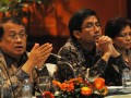 Dirjen Pengelolaan Utang Rahmat Waluyanto (kiri), Ditjen Pengelolaan Utang Kemenkeu Bhimantara Widyajala (tengah) dan Direktur Surat Utang Negara Kementrian Keuangan, Loto S. Ginting (kanan) memberikan penjelasan kepada wartawan saat persentasi di Hotel Borobudur, Jakarta, Sabtu (29/6). Persentasi tersebut membahas strategi pengelolaan utang negara khususnya terkait obligasi rekap. (FOTO ANTARA/Zabur Karuru)
