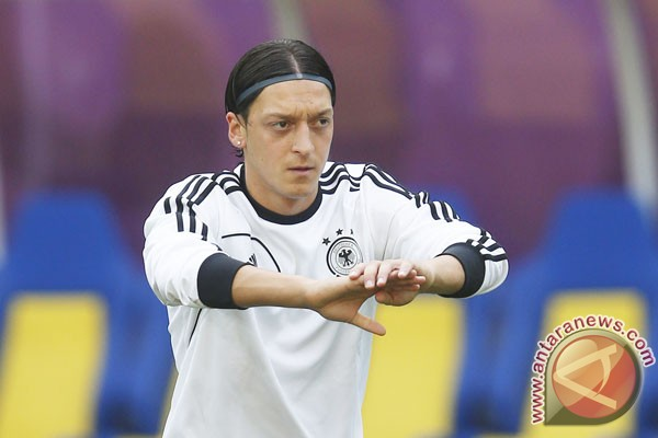 Mesut Ozil beramal