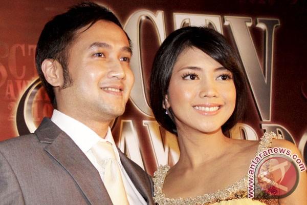 Ririn Dwi Ariyanti setia temani suami nonton bola