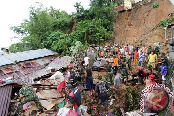 Jenazah Netty dievakuasi dari lokasi longsor Ambon