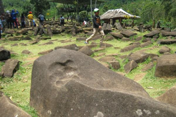 Pintu masuk situs megalit Gunung Padang ditemukan