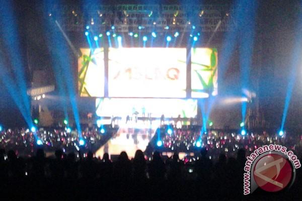 Mir dan G.O ganti baju di panggung
