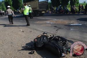 Pelajar senggol motor hendak belok tewas tertabrak truk
