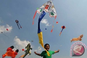 Tema habitat laut warnai festival layang-layang Surabaya