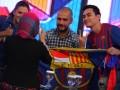 """Mantan Pelatih Barcelona, Josep """"Pep"""" Guardiola (tengah), berfoto bersama presenter olahraga Darius Sinathrya (kanan), dan Donna Agnesia (kiri), saat hadir dalam acara bertajuk """"Sportacular Edisi Spesial 'Pep' Guardiola"""" di studio RCTI, Kebon Jeruk, Jakarta, (30/6). Kedatangan mantan pemain sepak bola Spanyol tersebut komentator tamu pada siaran pertandingan final Piala Eropa 2012 antara Spanyol Vs Italia . (ANTARA/Agus Apriyanto)"""