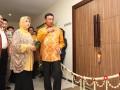 Ketua Umum DPP Partai Hanura Wiranto (kanan) bersama Istri Uga Wiranto dan Sekjen DPP Partai Hanura Dosy Iskandar (kiri) menggunting pita saat acara peresmian kantor DPP Hanura di Jakarta, Sabtu (30/6). DPP Partai Hanura mulai menempati kantor baru mereka di Jl.Tanjung karang no 7 menteng Jakarta menggantikan kantor lama di Jl Imam bonjol no 4. dan beroperasi untuk kepentingan partai politik. (ANTARA/Reno Esnir)