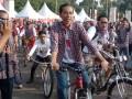 """Calon Gubernur DKI Jakarta, Joko Widodo (tengah), bersama pendukungnya naik sepeda santai dalam kampanye """"Karnaval Kotak Kotak"""" di Kawasan Gelora Bung Karno, Jakarta, Minggu(1/7). Karnaval kotak kotak menyuguhkan beragam kegiatan diantaranya sepeda santai, jajanan tradisional, dan fun aerobik. (ANTARA/ Ujang Zaelani)"""