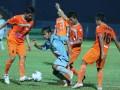 Pesepakbola Persela Lamongan U-21, Fahrizal (dua dari kiri) berusaha melewati tiga pesepakbola Persisam Samarinda U-21, Sevan Lingga (kiri), Sandi (dua dari kanan) dan Loudry Mailani (kanan) dalam pertandingan babak final kompetisi Indonesia Super League (ISL) U-21 di Stadion Kanjuruhan, Malang, Jawa Timur, Minggu (1/7). Di akhir babak pertama Persisam U-21 menahan imbang Persela U-21 dengan skor 1-1. (ANTARA/Ari Bowo Sucipto)