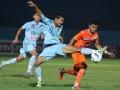 Pesepakbola Persela Lamongan U-21, Rendy (tengah) yang disaksikan rekannya, Mario R (kiri) berebut bola dengan dengan pesepakbola Persisam Samarinda U-21, Wahyu Kristianto (kanan) dalam pertandingan babak final kompetisi Indonesia Super League (ISL) U-21 di Stadion Kanjuruhan, Malang, Jawa Timur, Minggu (1/7). Di akhir babak pertama Persisam U-21 menahan imbang Persela U-21 dengan skor 1-1. (ANTARA/Ari Bowo Sucipto)