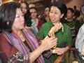 "Menteri Pariwisata dan Ekonomi Kreatif, Mari Elka Pangestu (kiri) meninjau salah satu stand mutiara Lombok di arena Lombok Sumbawa Pearl Festival (LSPF) 2012 di Hotel Lombok Raya Mataram, NTB, Minggu (1/7). Penyelenggaraan LSPF 2012 yang ke tiga kali tersebut dimeriahkan dengan berbagai acara diantaranya pameran mutiara, pemilihan putru mutiara dan lelang mutiara yang mempertemukan antara ""sellers"" mutiara dari NTB dengan sebanyak 23 ""buyers"" dari negara Prancis, Hongkong, Jepang, Singapura, Philipina, Tahiti, Australia, Cina dan Inggris. (FOTO ANTARA/Ahmad Subaidi)"