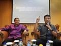 Wakil Ketua MPR Lukman Hakim Saifuddin (kiri) bersama Pakar Hukum Tata Negara Irman Putra Sidin (kanan) menjadi pembicara dalam diskusi yang membahas mekanisme kontrol antar-lembaga negara di Kompleks Parlemen, Senayan, Jakarta, Senin (2/7). Pembicara menanggapi permasalahan hubungan antar-lembaga seperti KPK dan DPR yang saling membenarkan kebijakannya terkait anggaran yang diajukan lembaga KPK untuk membangun gedung baru yang berhenti pada pembahasan di Komisi III DPR. (FOTO ANTARA/Yudhi Mahatma)