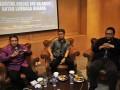 Wakil Ketua MPR Lukman Hakim Saifuddin (kiri) bersama Pakar Hukum Tata Negara Irman Putra Sidin (tengah) dan Ketua Fraksi PKB DPR Lukman Edy (kanan) menjadi pembicara dalam diskusi yang membahas mekanisme kontrol antar-lembaga negara di Kompleks Parlemen, Senayan, Jakarta, Senin (2/7). Pembicara menanggapi permasalahan hubungan antar-lembaga seperti KPK dan DPR yang saling membenarkan kebijakannya terkait anggaran yang diajukan lembaga KPK untuk membangun gedung baru yang berhenti pada pembahasan di Komisi III DPR. (FOTO ANTARA/Yudhi Mahatma)