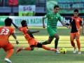 Pesepakbola Persiraja Banda Aceh, Abdoulaye Djibril (11) berusaha merebut bola dari Pesepakbola Persebaya Surabaya, Otavio Dutra (5) dalam lanjutan pertandingan Indonesia Premier League (IPL) di Gelora Bung Tomo (GBT) Surabaya, Jatim, Senin (2/7). Persebaya Surabaya berhasil memenangkan pertandingan dengan skor 2-1 atas Persiraja Banda Aceh. (FOTO ANTARA/M Risyal Hidayat)