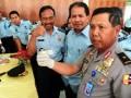 Kepala Badan Narkotika Nasional Provinsi (BNNP) Kalbar, Brigjen Pol Sugeng Heryanto (kanan), bersama Kepala Kanwil Kemenkumham Kalbar, Kulardono (dua kanan) dan Kepala Lembaga Permasyarakatan (Lapas) Kelas II A Pontianak, Sunarto (tiga kanan), memperlihatkan hasil tes urine petugas Lapas, di Pontianak, Senin (2/7). Tes urine yang digelar oleh BNNP Kalbar terhadap puluhan petugas Lapas Kelas II A Pontianak tersebut, bertujuan untuk mengantisipasi adanya peredaran narkoba di lingkungan penjara. (FOTO ANTARA/Jessica Helena Wuysang)