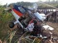 Puluhan warga melihat bangkai Pesawat Cessna milik Aero Flying School yang jatuh di Desa Sukadana ,Ciawigebang , Kuningan, Jawa Barat, Senin (2/7). Dalam insiden tersebut satu orang instruktur bernama Heru Fachrudin tewas dan dua siswa penerbang mengalami luka . (ANTARA/Indra)