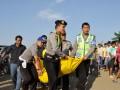 Sejumlah polisi mengevakuasi jenazah pilot dari bangkai Pesawat latih Jenis Cesna-PKHL ALFA 5 milik Aero Flayer Institute (AFI) yang jatuh di sungai Cijurai, Desa Sukadana, Kec. Ciawigebang, Kab. Kuningan, Jawa Barat, Senin (2/7). Pesawat kehilangan kontak sekitar pukul 15.15 WIB dan ditemukan jatuh di sungai dengan satu korban meninggal dunia, pilot instruktur Drs. Heru Fahrudin (44) dan dua wanita yang diduga siswa penerbang Nur Fitriani (20) dan Rara Paramita (20) mengalami luka bakar kritis. (ANTARA/Dedhez Anggara)