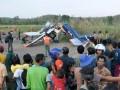 Puluhan warga melihat bangkai Pesawat latih Jenis Cesna-PKHL ALFA 5 milik Aero Flayer Institute (AFI) yang jatuh di sungai Cijurai, Desa Sukadana, Kec. Ciawigebang, Kab. Kuningan, Jawa Barat, Senin (2/7). Pesawat kehilangan kontak sekitar pukul 15.15 WIB dan ditemukan jatuh di sungai dengan satu korban meninggal dunia, pilot instruktur Drs. Heru Fahrudin (44) dan dua wanita yang diduga siswa penerbang Nur Fitriani (20) dan Rara Paramita (20) mengalami luka bakar kritis. (ANTARA/Dedhez Anggara)