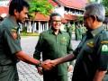 Gubernur Aceh Zaini Abdullah (kanan) menyalami wakil gubernur Aceh Muzakir Manaf (kiri) pada apel perdana dengan Pegawai Negeri Sipil (PNS) lingkungan Sekda Provinsi Aceh di Banda Aceh, Senin (2/7).  Gubernur menegaskan pihaknya berjanji akan menegakkan disiplin pegawai dan tidak akan menolerir PNS nongkrong di warung kopi pada setiap jam kerja. (FOTO ANTARA/Azhari)