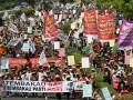 Ribuan petani Tembakau yang tergabung dalam Koalisi Nasional Penyelamatan Kretek melakukan aksi unjuk rasa di depan Kementerian Kesehatan, Jakarta, Selasa (3/7). Dalam aksinya mereka menolak RPP Tembakau dan menuntut revisi terhadap UU 36/2009 tentang kesehatan. (FOTO ANTARA/M Agung Rajasa)