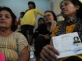 Ratusan pensiunan antri untuk mengambil tunjangan pensiun di Bank BTPN Depok, Jalan Raya Margonda, Depok, Jawa Barat, Senin (2/7). Para pensiunan pegawai negeri tersebut rela mengantri berjam-jam  demi mengambil tunjangan pensiun gaji ke-13. (FOTO ANTARA/Indrianto Eko Suwarso)