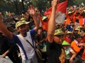 Sejumlah petani tembakau yang tergabung dalam Koalisi Nasional Penyelamatan Kretek meneriakan yel-yel ketika menggelar aksi di depan kantor Kemeko Kesra, Jakarta, Rabu (4/7). Aksi lanjutan tersebut untuk memprotes Rancangan Peraturan Pemerintah (RPP) pengendalian tembakau yang diduga akan merugikan para petani. (FOTO ANTARA/Zabur Karuru)