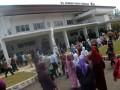 Puluhan masyarakat berkunjung ke RS. Rumah Sehat Terpadu (RSRST) Dompet Dhuafa pada peresmian RS tersebut di Jalan Raya Parung, Bogor, Jabar, Rabu (4/6). Rumah Sakit gratis untuk masyarakat miskin milik Yayasan Dompet Dhuafa itu dibangun diatas lahan seluas 7.803 meter dengan dilengkapi ruang rawat inap, ICU, ruang operasi dan poliklinik dan menargetkan sanggup menerima 54.000 pasien miskin per tahun. (FOTO ANTARA/Jafkhairi)